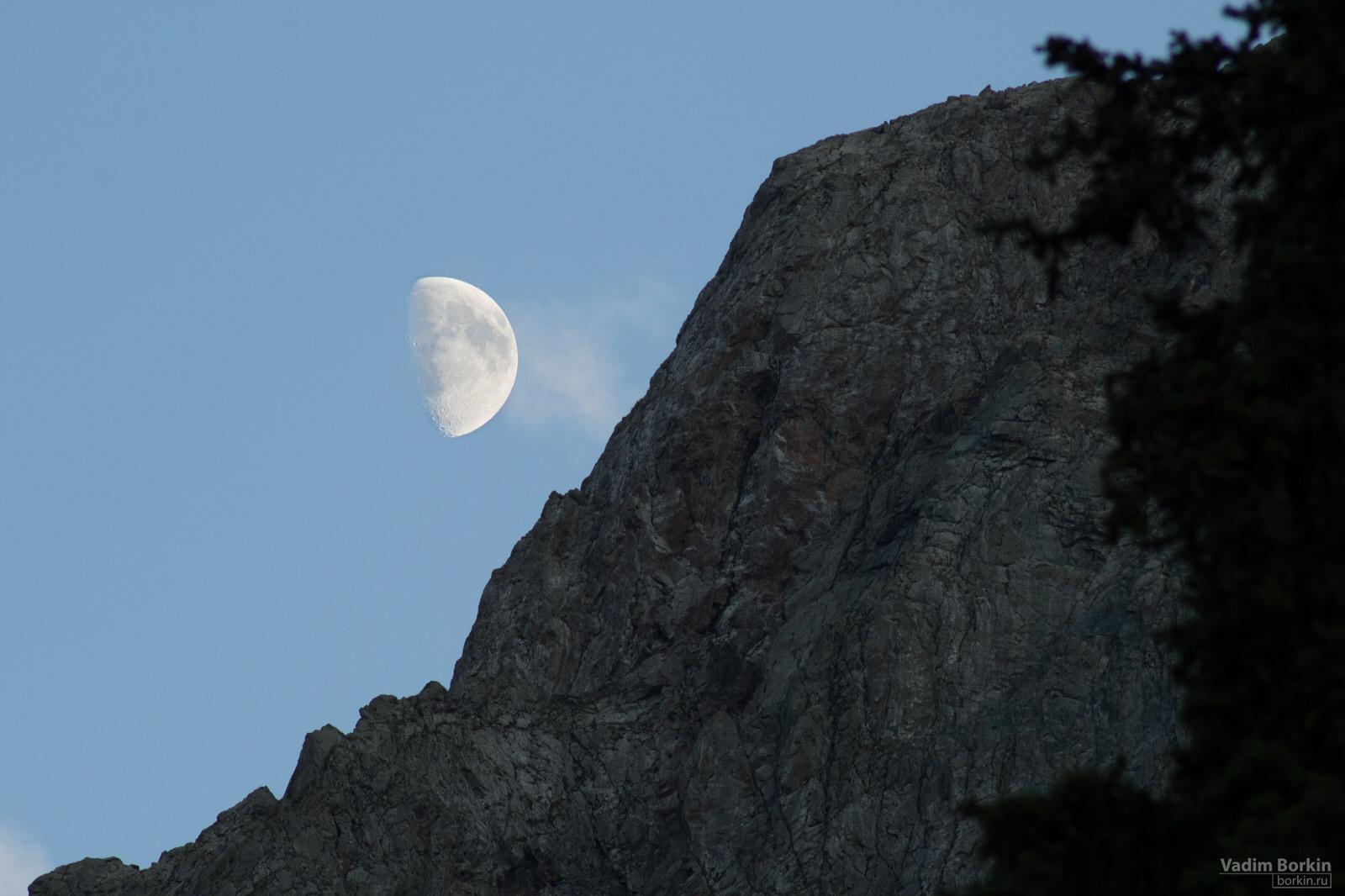 Луна, которая засвечивала все небо.