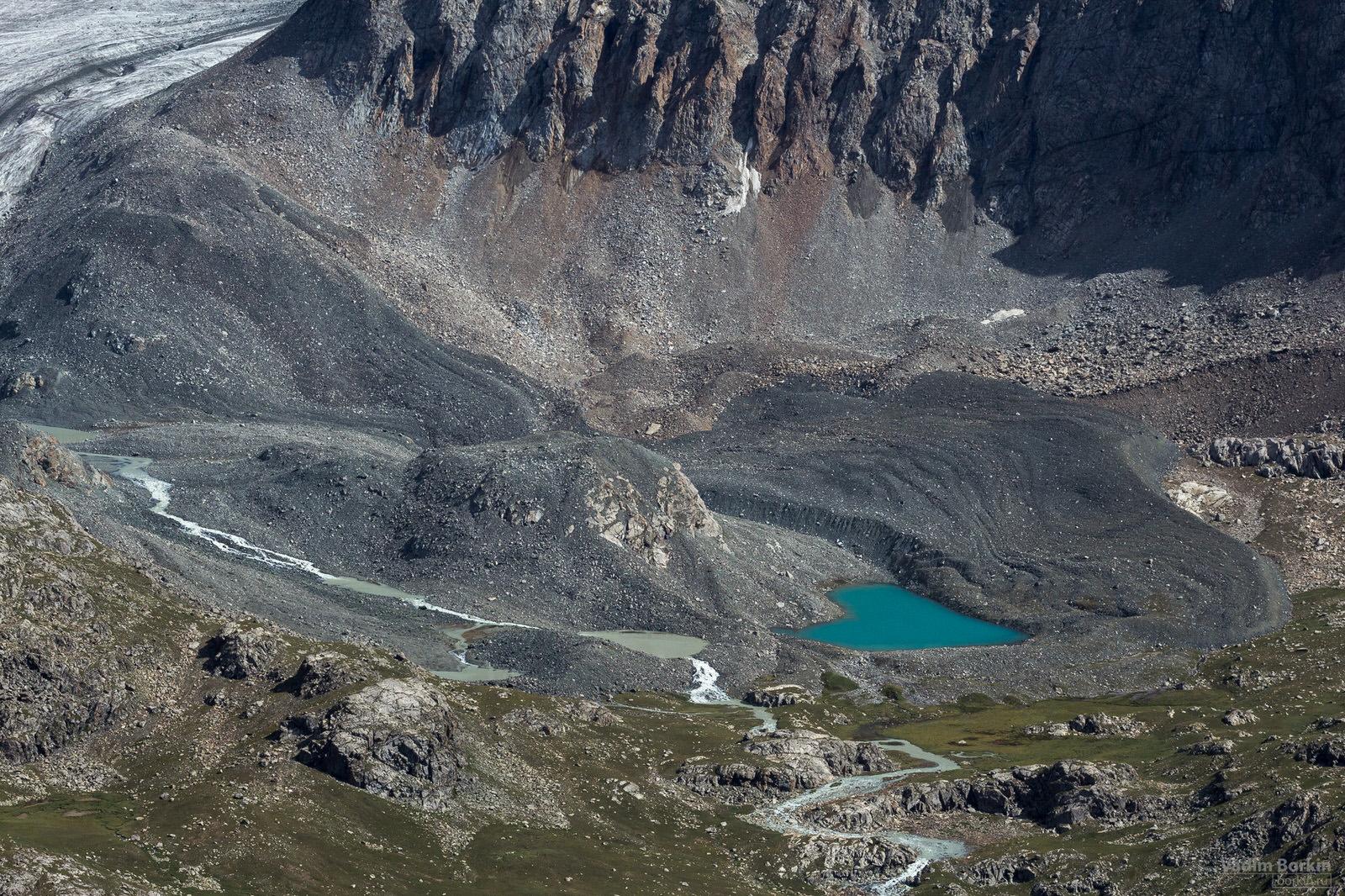 фото озера в горах Киргизии